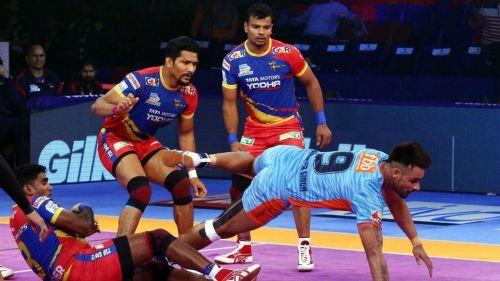 Both Rishank Devadiga and Maninder in action. [Picture Courtesy: ProKabaddi.com]