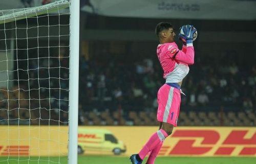Gurpreet Singh Sandhu had to make a couple of saves to keep Bengaluru FC in the game against Delhi Dynamos (Image Courtesy: ISL)