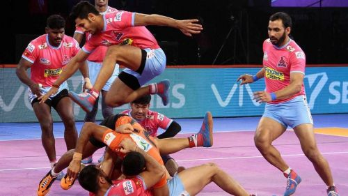 Anup Kumar, Captain Jaipur Pink Panther in action with his team. [Picture Courtesy: ProKabaddi.com]