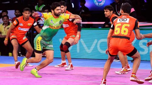 Pardeep Narwal trying to take a raid point. [Picture Courtesy: ProKabaddi.com]