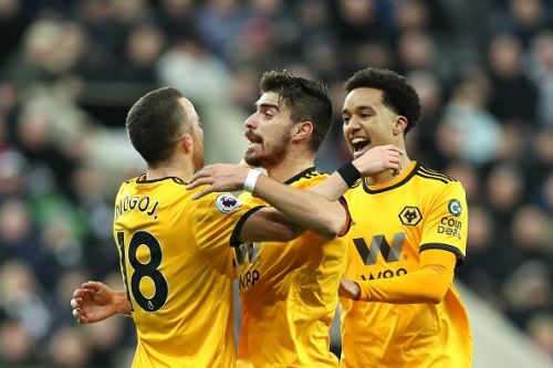 Ruben Neves (centre)