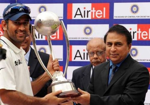 MS Dhoni (L) and Sunil Gavaskar