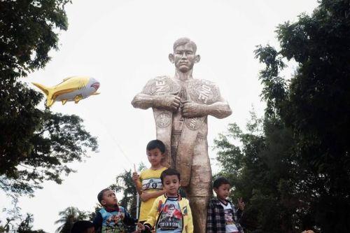 Aung La N Sang's statue