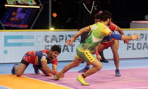 Nitesh Kumar with an ankle hold effort on Patna's Pardeep Narwal