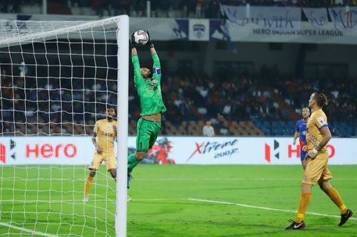 Amrinder Singh commands his box well, has an assured catching ability and can take goal kicks with both his feet, as seen in the match today (Image Courtesy: ISL)