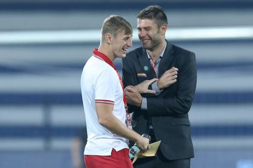 John Johnson catches up with former defensive partner Juanan before the game [Image: ISL]