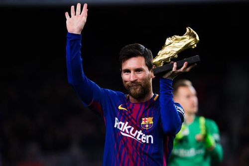 Messi holding the Golden Boot award