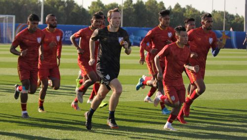 Danny Deigan (in black) leads a training session in Sharjah ahead of India's third Group A game against Bahrain on January 14. (AIFF Media)