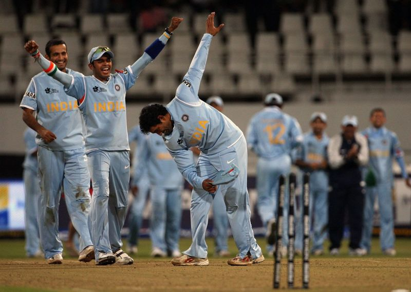 Robin Uthappa takes a bow after hitting the stumps during the bowl-out