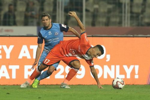 Carlos Pena of FC Goa in a tussle with Pablo Morgado of Jamshedpur FC during their Indian Super League match (Image: ISL)