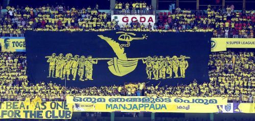 Manjappadas showered praise to the people through their tifo