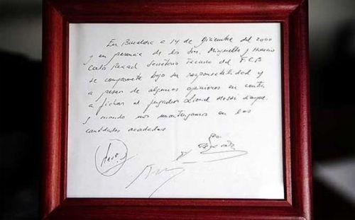 பார்சிலோனா அணிக்கான முதல் ஒப்பந்தத்தில் நேப்கினில் கையெழுத்திட்ட மெஸ்ஸி