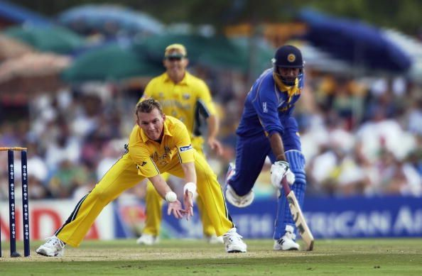 Brett Lee of Australia attempts to run out Marvan Atapattu of Sri Lanka