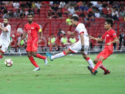 Bahrain's Jamal Rashed (Second from right) (Image Courtesy: Bolasepako.com)