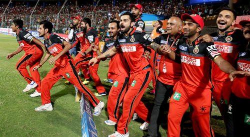 मैच जीतने की बाद खुश आरसीबी की टीम