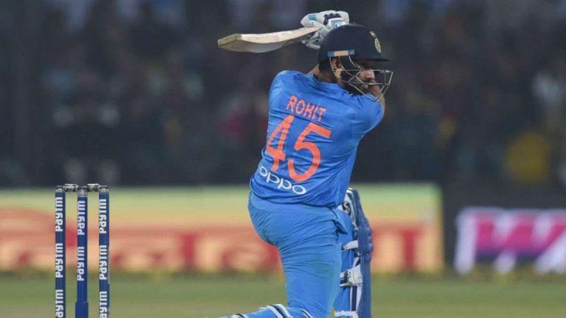 शॉट खेलते रोहित शर्मा