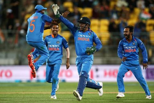 MS Dhoni celebrating with his teammates