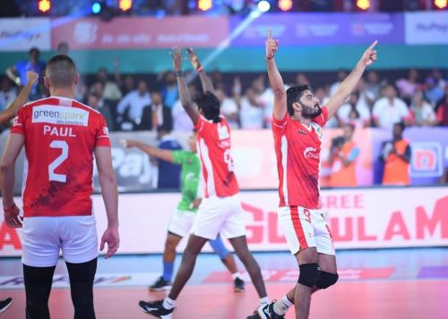 Calicut Heroes won their fifth match in a row, cementing a semifinal spot