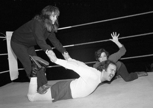Laurie Anderson puts Andy Kaufman in a surfboard stretch.