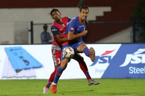Raju Gaikwad (left) of Jamshedpur FC involved in a tussle for possession with Bengaluru FC's Miku