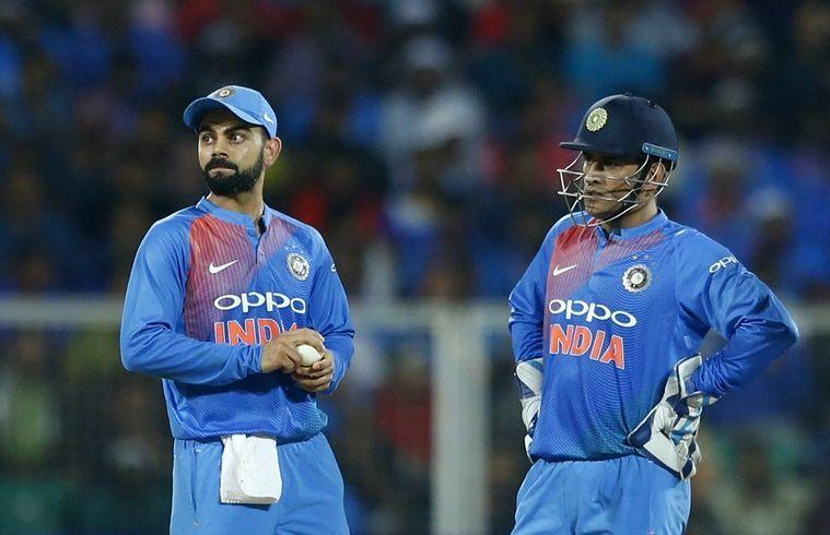 कप्तान विराट कोहली के साथ विकेट कीपर महेंद्र सिंह धोनी