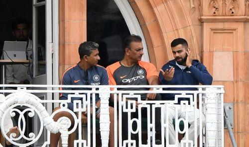 Ravi Shastri in discussion with batting coach Sanjay Bangar and captain Virat Kohli