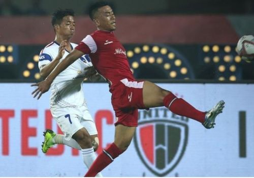 Both Northeast United FC and Delhi Dynamos exchanged possessions quickly (Image Courtesy: ISL)