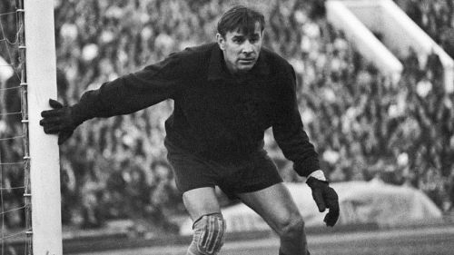 Lev Yashin is one of the best goalkeepers of all time and he was a great sweeper keeper too.