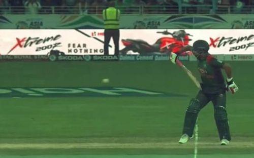 Tamim Iqbal batting one-handed