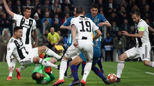 Cristiano Ronaldo fights the ball with Jan Oblak