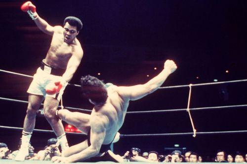 Antonio Inoki kicking the heck out of Ali's leg!