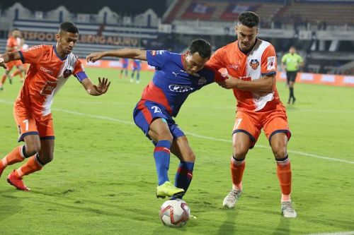 Carlos Pena (right) of FC Goa in a tussle with Bengaluru FC's Udanta Singh