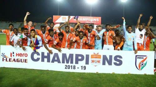 आई-लीग में ख़िताबी जीत के बाद जश्न मनाते चेन्नई सिटी  एफ़सी के खिलाड़ी