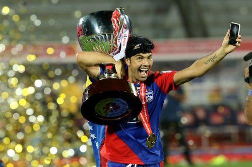 Miku, Bengaluru FC striker, with the ISL trophy