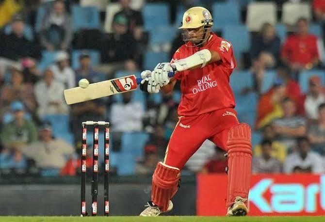 राहुल द्रविड़ रॉयल चैलेंजर्स बेंगलुरु की तरफ से बल्लेबाजी करते हुए! एडम गिलक्रिस्ट शानदार बल्लेबाजी का प्रदर्शन करते हुए!