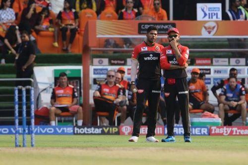 Umesh Yadav and Virat Kohli discussing strategy (Image Courtesy: BCCI/ IPLT20.COM)