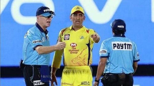 Heated Argument between Dhoni and Umpires