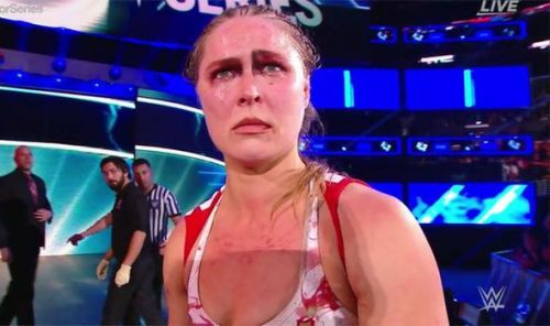ronda rousey suffers a hand injury in wrestlemania 35