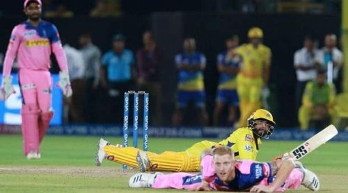 Jadeja and Stokes admiring the former's unbelievable six (picture courtesy: BCCI/iplt20.com)