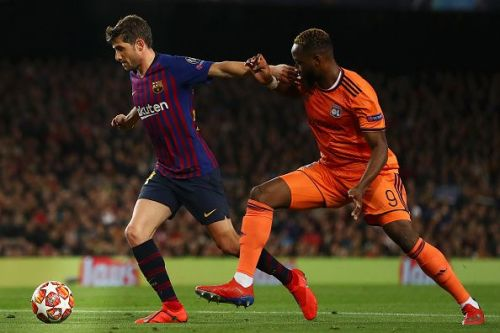 Philippe Coutinho tussles with Moussa Dembele