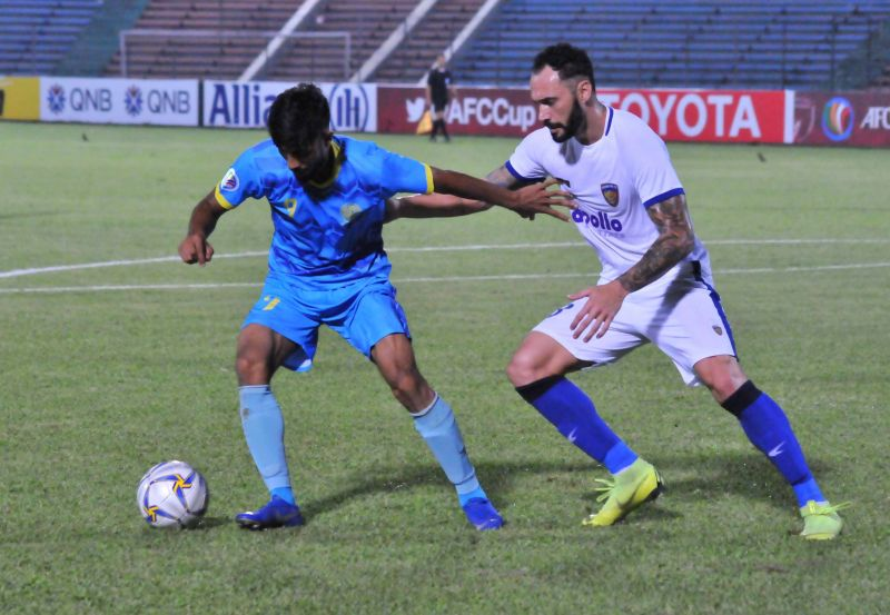 Chennaiyin FC's Eli Sabia tussles for the ball with a Dhaka Abahani player