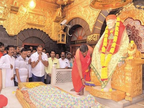indian head coach Ravi Shastri visited Shirdi temple with Indian fielding coach R Sridhar to seek blessings for successful ICC World Cup 2019