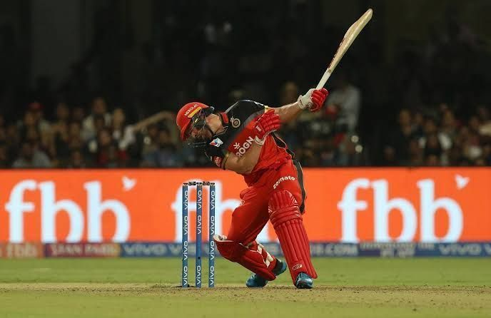 AB de Villiers successfully pulls off a one-handed six (picture courtesy: BCCI/iplt20.com)