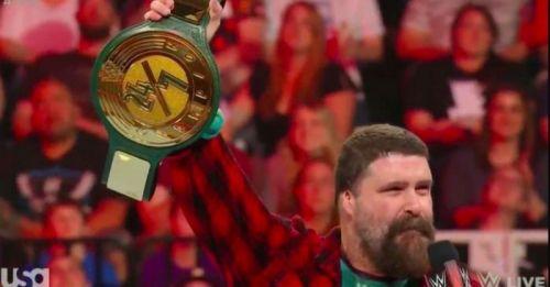 मिक फोली WWE की नवीनतम चैंपियनशिप की घोसना करते हुए