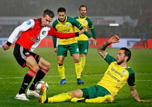 Kai Heerings tries to tackle Robin van Persie in an Eredivisie game