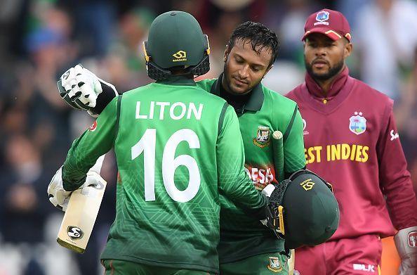 वेस्टइंडीज के खिलाफ जीत के बाद गले मिलते बांग्लादेश के शाकिब अल हसन और लिटन दास