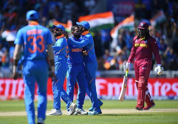 गेल का विकेट लेने के बाद खुशी मनाते भारतीय खिलाड़ी