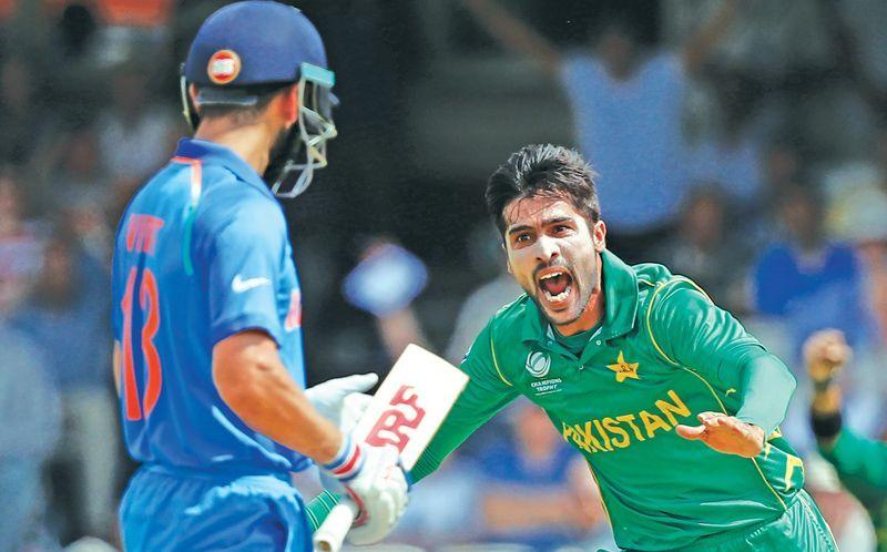आईसीसी चैंपियंस ट्रॉफी के फाइनल मैच में विराट कोहली का विकेट लेने के बाद खुशी मनाते मोहम्मद आमिर