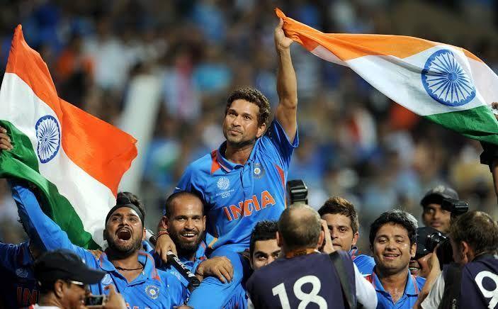 वर्ल्ड कप 2011 का खिताब जीतने के बाद सचिन तेंदुलकर को कंधे पर उठाकर मैदान का चक्कर लगाते विराट कोहली
