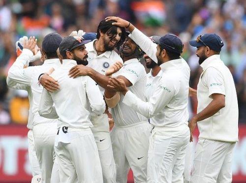 भारतीय टीम के खिलाड़ी विकेट लेने के बाद सेलिब्रेट करते हुए